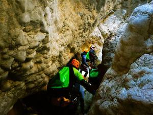 Descenso-barranco-Osuros-de-Balces-Barranquismo-Sierra-de-Guara-Guías-de-Barrancos-Canyoning-Canyon-Guides-Mendi-eta-arroila-gidariak-Arroila-jeitsiera-2