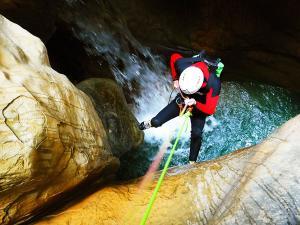 Descenso-barranco-Osuros-de-Balces-Barranquismo-Sierra-de-Guara-Guías-de-Barrancos-Canyoning-Canyon-Guides-Mendi-eta-arroila-gidariak-Arroila-jeitsiera-21