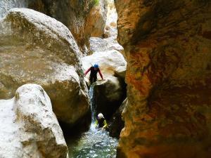 Descenso-barranco-Osuros-de-Balces-Barranquismo-Sierra-de-Guara-Guías-de-Barrancos-Canyoning-Canyon-Guides-Mendi-eta-arroila-gidariak-Arroila-jeitsiera-24