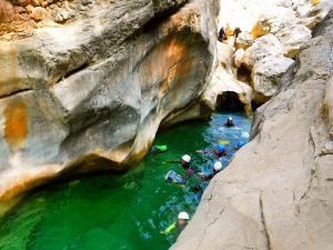 Descenso-barranco-Osuros-de-Balces-Barranquismo-Sierra-de-Guara-Guías-de-Barrancos-Canyoning-Canyon-Guides-Mendi-eta-arroila-gidariak-Arroila-jeitsiera-29