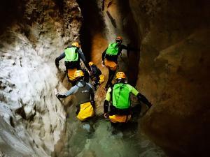 Descenso-barranco-Osuros-de-Balces-Barranquismo-Sierra-de-Guara-Guías-de-Barrancos-Canyoning-Canyon-Guides-Mendi-eta-arroila-gidariak-Arroila-jeitsiera-3