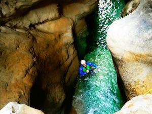 Descenso-barranco-Osuros-de-Balces-Barranquismo-Sierra-de-Guara-Guías-de-Barrancos-Canyoning-Canyon-Guides-Mendi-eta-arroila-gidariak-Arroila-jeitsiera-32