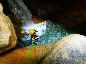 Descenso-barranco-Osuros-de-Balces-Barranquismo-Sierra-de-Guara-Guías-de-Barrancos-Canyoning-Canyon-Guides-Mendi-eta-arroila-gidariak-Arroila-jeitsiera-33