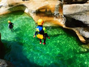 Descenso-barranco-Osuros-de-Balces-Barranquismo-Sierra-de-Guara-Guías-de-Barrancos-Canyoning-Canyon-Guides-Mendi-eta-arroila-gidariak-Arroila-jeitsiera-38