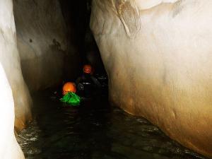 Descenso-barranco-Osuros-de-Balces-Barranquismo-Sierra-de-Guara-Guías-de-Barrancos-Canyoning-Canyon-Guides-Mendi-eta-arroila-gidariak-Arroila-jeitsiera-4