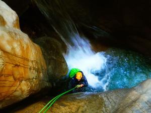 Descenso-barranco-Osuros-de-Balces-Barranquismo-Sierra-de-Guara-Guías-de-Barrancos-Canyoning-Canyon-Guides-Mendi-eta-arroila-gidariak-Arroila-jeitsiera-5