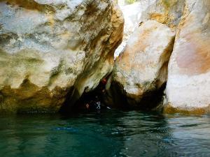 Descenso-barranco-Osuros-de-Balces-Barranquismo-Sierra-de-Guara-Guías-de-Barrancos-Canyoning-Canyon-Guides-Mendi-eta-arroila-gidariak-Arroila-jeitsiera-6
