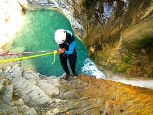 Os-Lucas-Barranquismo-Valle-de-Tena-Valle-de-Ossau-Descenso-de-cañones-barranquismo-valle-de-hecho-guías-de-montaña-y-barrancos-Mountain-and-canyon-guides-canyoning-Lurra-adventure-16