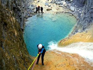 Os-Lucas-Barranquismo-Valle-de-Tena-Valle-de-Ossau-Descenso-de-cañones-barranquismo-valle-de-hecho-guías-de-montaña-y-barrancos-Mountain-and-canyon-guides-canyoning-Lurra-adventure-3