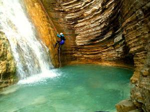Os-Lucas-Barranquismo-Valle-de-Tena-Valle-de-Ossau-Descenso-de-cañones-barranquismo-valle-de-hecho-guías-de-montaña-y-barrancos-Mountain-and-canyon-guides-canyoning-Lurra-adventure-4
