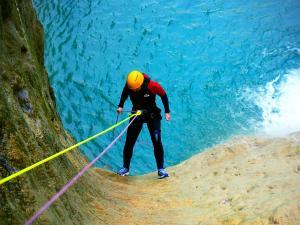 Os-Lucas-Barranquismo-Valle-de-Tena-Valle-de-Ossau-Descenso-de-cañones-barranquismo-valle-de-hecho-guías-de-montaña-y-barrancos-Mountain-and-canyon-guides-canyoning-Lurra-adventure-8