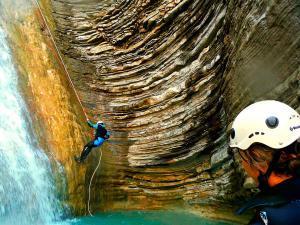 Os-Lucas-Barranquismo-Valle-de-Tena-Valle-de-Ossau-Descenso-de-cañones-barranquismo-valle-de-hecho-guías-de-montaña-y-barrancos-Mountain-and-canyon-guides-canyoning-Lurra-adventure-9
