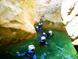 Descenso-barranco-Peonera-Barranquismo-Sierra-de-Guara-Guías-de-Barrancos-Canyoning-Canyon-Guides-Mendi-eta-arroila-gidariak-Arroila-jeitsiera-10