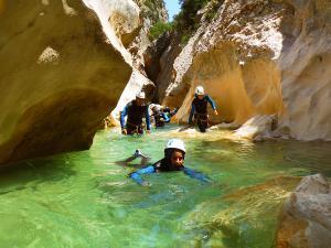 Descenso-barranco-Peonera-Barranquismo-Sierra-de-Guara-Guías-de-Barrancos-Canyoning-Canyon-Guides-Mendi-eta-arroila-gidariak-Arroila-jeitsiera-16