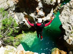 Descenso-barranco-Peonera-Barranquismo-Sierra-de-Guara-Guías-de-Barrancos-Canyoning-Canyon-Guides-Mendi-eta-arroila-gidariak-Arroila-jeitsiera-24