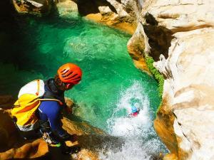 Descenso-barranco-Peonera-Barranquismo-Sierra-de-Guara-Guías-de-Barrancos-Canyoning-Canyon-Guides-Mendi-eta-arroila-gidariak-Arroila-jeitsiera-30