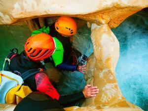 Descenso-barranco-Peonera-Barranquismo-Sierra-de-Guara-Guías-de-Barrancos-Canyoning-Canyon-Guides-Mendi-eta-arroila-gidariak-Arroila-jeitsiera-33jpg