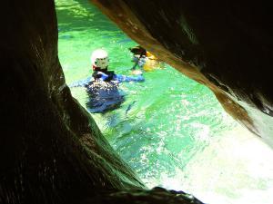 Descenso-barranco-Petit-Mascun-Barranquismo-en-familia-Sierra-de-Guara-Guías-de-Barrancos-Canyoning-Canyon-Guides-Mendi-eta-arroila-gidariak-Arroila-jeitsiera-11jpg