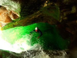 Descenso-barranco-Petit-Mascun-Barranquismo-en-familia-Sierra-de-Guara-Guías-de-Barrancos-Canyoning-Canyon-Guides-Mendi-eta-arroila-gidariak-Arroila-jeitsiera-12