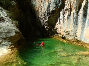 Descenso-barranco-Petit-Mascun-Barranquismo-en-familia-Sierra-de-Guara-Guías-de-Barrancos-Canyoning-Canyon-Guides-Mendi-eta-arroila-gidariak-Arroila-jeitsiera-14