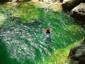 Descenso-barranco-Petit-Mascun-Barranquismo-en-familia-Sierra-de-Guara-Guías-de-Barrancos-Canyoning-Canyon-Guides-Mendi-eta-arroila-gidariak-Arroila-jeitsiera-15