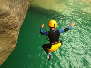 Descenso-barranco-Petit-Mascun-Barranquismo-en-familia-Sierra-de-Guara-Guías-de-Barrancos-Canyoning-Canyon-Guides-Mendi-eta-arroila-gidariak-Arroila-jeitsiera-3
