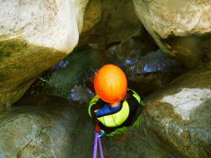 Descenso-barranco-Petit-Mascun-Barranquismo-en-familia-Sierra-de-Guara-Guías-de-Barrancos-Canyoning-Canyon-Guides-Mendi-eta-arroila-gidariak-Arroila-jeitsiera-5