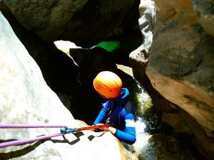 Descenso-barranco-Petit-Mascun-Barranquismo-en-familia-Sierra-de-Guara-Guías-de-Barrancos-Canyoning-Canyon-Guides-Mendi-eta-arroila-gidariak-Arroila-jeitsiera-6