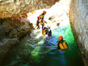 Descenso-barranco-Petit-Mascun-Barranquismo-en-familia-Sierra-de-Guara-Guías-de-Barrancos-Canyoning-Canyon-Guides-Mendi-eta-arroila-gidariak-Arroila-jeitsiera-7