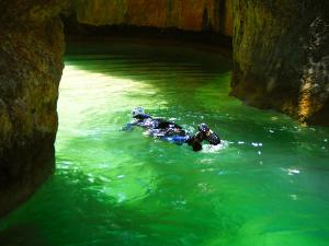 Descenso-barranco-Petit-Mascun-Barranquismo-en-familia-Sierra-de-Guara-Guías-de-Barrancos-Canyoning-Canyon-Guides-Mendi-eta-arroila-gidariak-Arroila-jeitsiera-9