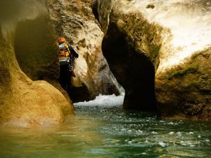 Descenso-barranco-Vero-Barranquismo-Sierra-de-Guara-Guías-de-Barrancos-Canyoning-Canyon-Guides-Mendi-eta-arroila-gidariak-Arroila-jeitsiera-10