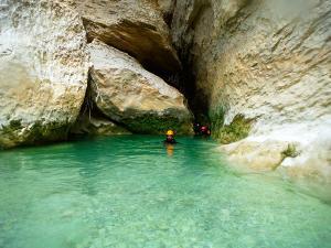 Descenso-barranco-Vero-Barranquismo-Sierra-de-Guara-Guías-de-Barrancos-Canyoning-Canyon-Guides-Mendi-eta-arroila-gidariak-Arroila-jeitsiera-12