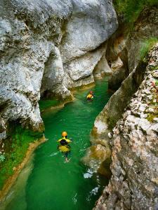 Descenso-barranco-Vero-Barranquismo-Sierra-de-Guara-Guías-de-Barrancos-Canyoning-Canyon-Guides-Mendi-eta-arroila-gidariak-Arroila-jeitsiera-15