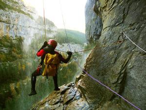 Descenso-Salto-Carpin-Barranquismo-en-Sobrarbe-Ordesa-Bujaruelo-Aínsa-Canyoning-Guías-de-Barrancos-Canyon-Guides-10