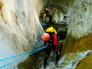 Descenso-Salto-Carpin-Barranquismo-en-Sobrarbe-Ordesa-Bujaruelo-Aínsa-Canyoning-Guías-de-Barrancos-Canyon-Guides-20