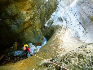 Descenso-Salto-Carpin-Barranquismo-en-Sobrarbe-Ordesa-Bujaruelo-Aínsa-Canyoning-Guías-de-Barrancos-Canyon-Guides-25