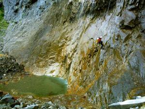 Descenso-Salto-Carpin-Barranquismo-en-Sobrarbe-Ordesa-Bujaruelo-Aínsa-Canyoning-Guías-de-Barrancos-Canyon-Guides-3