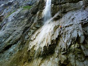 Descenso-Salto-Carpin-Barranquismo-en-Sobrarbe-Ordesa-Bujaruelo-Aínsa-Canyoning-Guías-de-Barrancos-Canyon-Guides-4