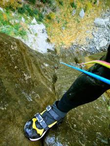 Descenso-Salto-Carpin-Barranquismo-en-Sobrarbe-Ordesa-Bujaruelo-Aínsa-Canyoning-Guías-de-Barrancos-Canyon-Guides-9