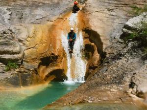 Descenso-de-cañones-barranquismo-valle-de-hecho-guías-de-montaña-y-barrancos-Mountain-and-canyon-guides-canyoning-Lurra-adventure-12