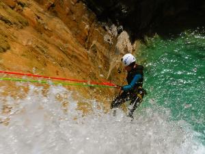 Descenso-de-cañones-barranquismo-valle-de-hecho-guías-de-montaña-y-barrancos-Mountain-and-canyon-guides-canyoning-Lurra-adventure-13
