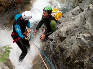 Descenso-de-cañones-barranquismo-valle-de-hecho-guías-de-montaña-y-barrancos-Mountain-and-canyon-guides-canyoning-Lurra-adventure-19
