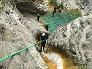 Descenso-de-cañones-barranquismo-valle-de-hecho-guías-de-montaña-y-barrancos-Mountain-and-canyon-guides-canyoning-Lurra-adventure-28