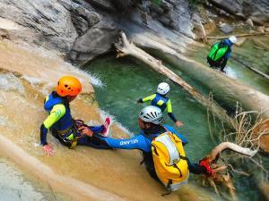 Descenso-de-cañones-barranquismo-valle-de-hecho-guías-de-montaña-y-barrancos-Mountain-and-canyon-guides-canyoning-Lurra-adventure-30