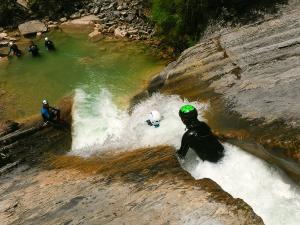 Descenso-de-cañones-barranquismo-valle-de-hecho-guías-de-montaña-y-barrancos-Mountain-and-canyon-guides-canyoning-Lurra-adventure-34