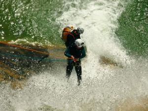 Descenso-de-cañones-barranquismo-valle-de-hecho-guías-de-montaña-y-barrancos-Mountain-and-canyon-guides-canyoning-Lurra-adventure-45