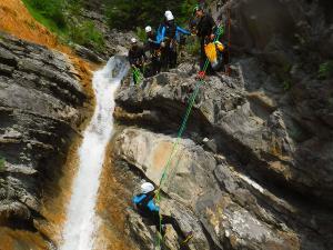 Descenso-de-cañones-barranquismo-valle-de-hecho-guías-de-montaña-y-barrancos-Mountain-and-canyon-guides-canyoning-Lurra-adventure-52