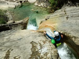 Descenso-de-cañones-barranquismo-valle-de-hecho-guías-de-montaña-y-barrancos-Mountain-and-canyon-guides-canyoning-Lurra-adventure-7