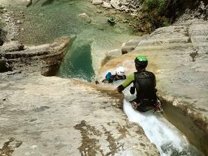 Descenso-de-cañones-barranquismo-valle-de-hecho-guías-de-montaña-y-barrancos-Mountain-and-canyon-guides-canyoning-Lurra-adventure-8