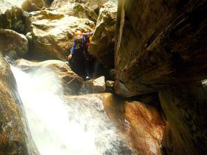 Sussoueou-Barranquismo-Valle-de-Tena-Valle-de-Ossau-Descenso-de-cañones-barranquismo-valle-de-hecho-guías-de-montaña-y-barrancos-Mountain-and-canyon-guides-canyoning-Lurra-adventure-12